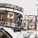 drumma-batterie-rullanti-artigianali-liuteria-doghe-orizzontali-legno-massello-ebano-verde-drumset-namibia-rock-metal-cassa-tom-rullante-timpano-blackwood